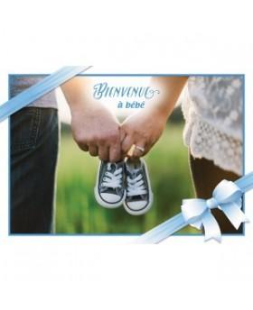 Carte Double Naissance Mains tennant des chaussures de bébé